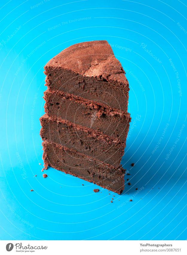 Kladdkaka schneidet in einem Stapel. Stapel von Schokoladenkuchenstücken Kuchen Dessert Süßwaren Fröhlichkeit frisch blau braun Tradition Weihnachtsdessert