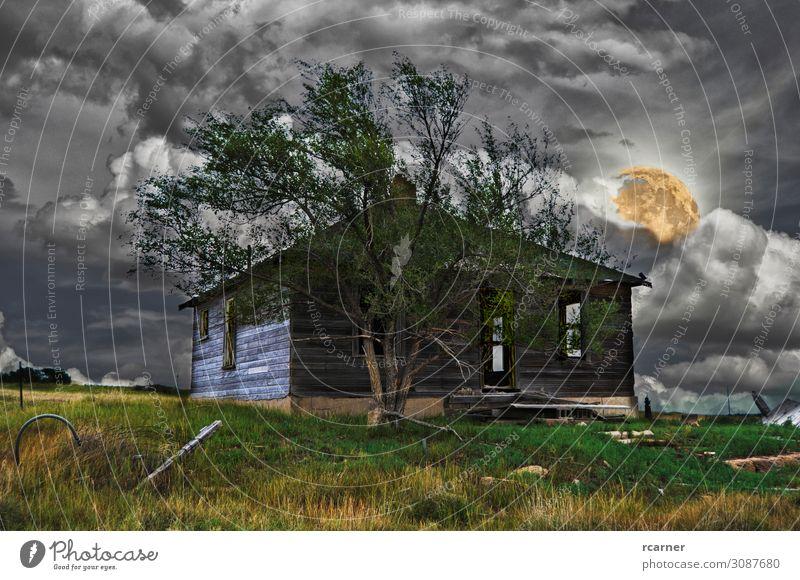 Verlassenes Haus in einer beängstigenden Nacht Printmedien Urelemente Himmel Gewitterwolken Nachthimmel Vollmond Unwetter Baum Feld Stadtrand Menschenleer Hütte