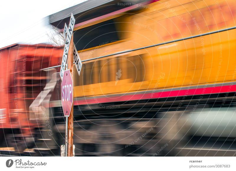 Warten an einem Bahnübergang Ferien & Urlaub & Reisen Industrie Verkehr Verkehrswege Bahnfahren Straße Straßenkreuzung Wegkreuzung Verkehrszeichen