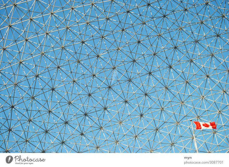 Biosphere Gebäude der Weltausstellung 1967 in Montreal Kanada mit Flagge Netz Muster Raster Bauwerk Netzwerk Stahlkonstruktion Vernetzung blau Metall