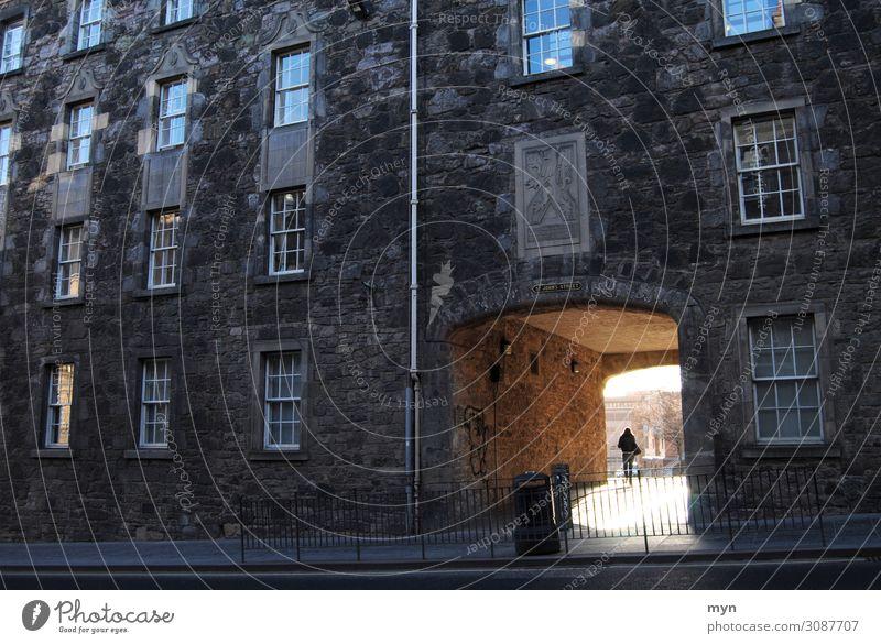 Sonnenlicht fällt durch einen Durchgang einer dunklen Fassade in Edinburgh - Hoffnung Licht Fassaden dunkel Licht am Ende des Tunnels corona Gegenlicht