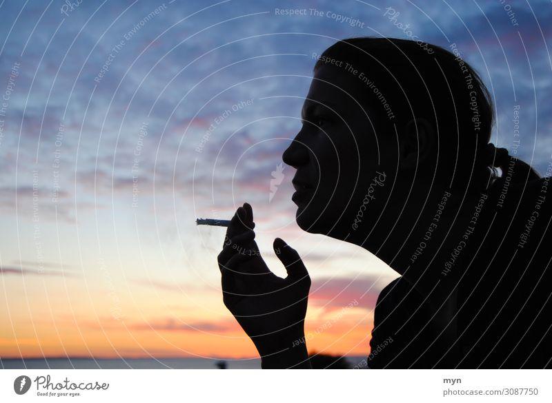 Rauchen Frau Mensch Ferien & Urlaub & Reisen Jugendliche Junge Frau Sommer Wolken Gesundheit Erwachsene feminin Gesundheitswesen Feste & Feiern Party Horizont