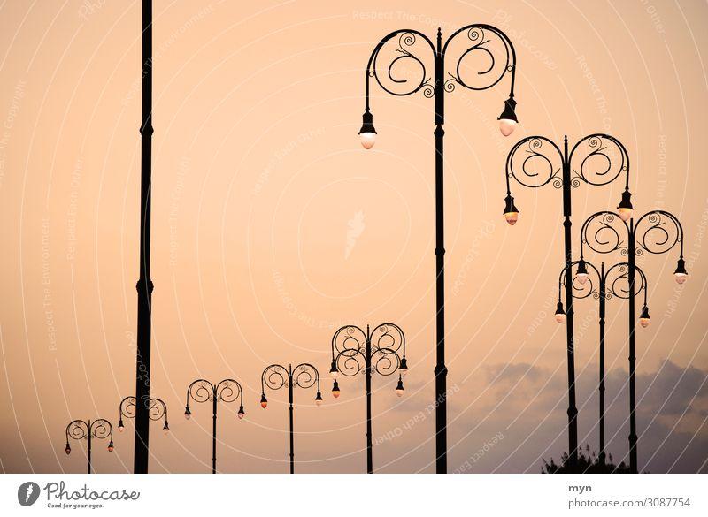 Abend in Havanna Kuba Stadt Platz Architektur Verkehr Straße Wege & Pfade Verkehrszeichen Verkehrsschild Laterne Laternenpfahl Straßenbeleuchtung Lampe