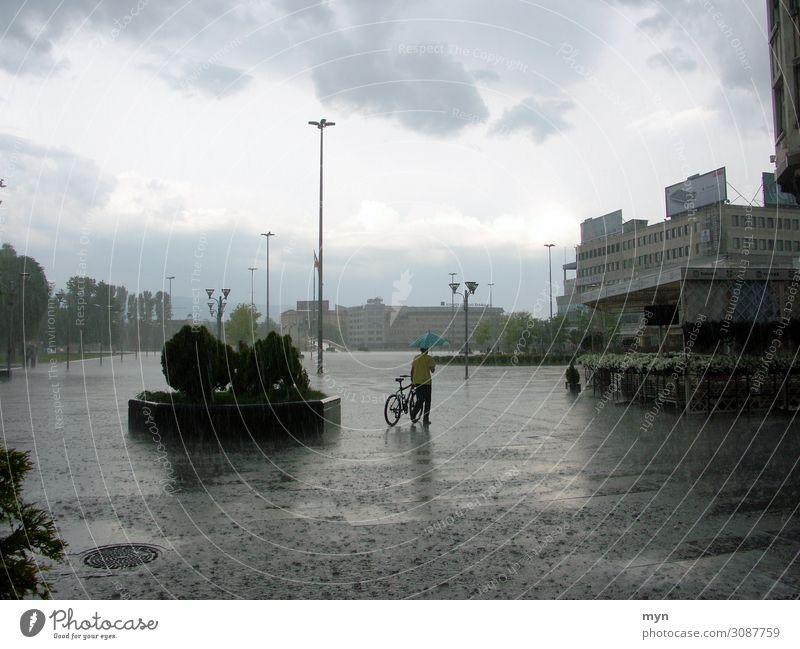 Regenguss Wasser Wassertropfen Himmel Wolken Sommer Klima Klimawandel Wetter schlechtes Wetter Unwetter Sturm Gewitter Hagel Albanien Stadt Haus Platz