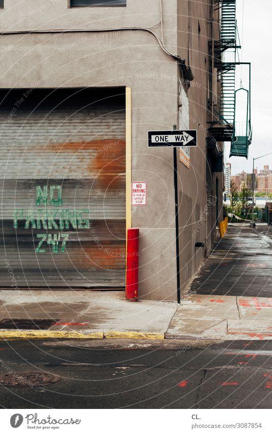 no parking 24/7 New York City Brooklyn USA Stadt Stadtrand Menschenleer Haus Mauer Wand Tor Garagentor Verkehr Verkehrswege Straßenverkehr Wege & Pfade
