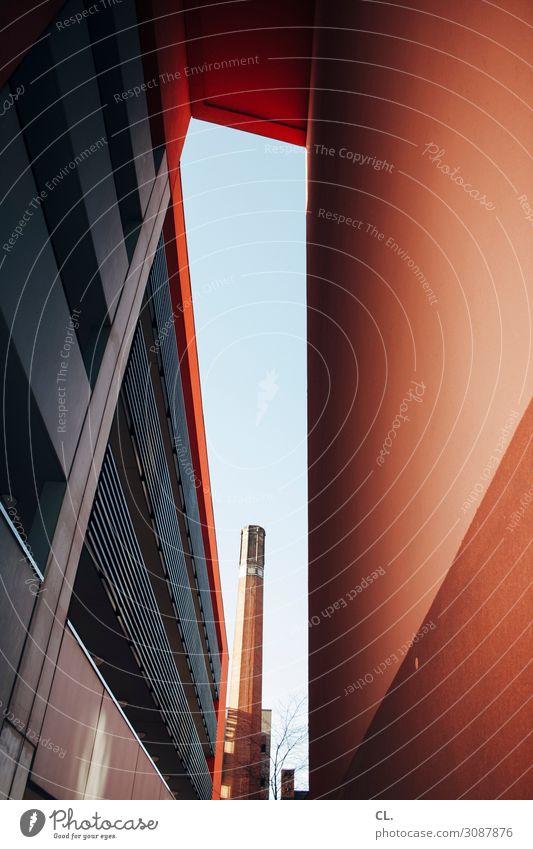 2500 | durchblick Wolkenloser Himmel Schönes Wetter Stadt Menschenleer Industrieanlage Bauwerk Gebäude Architektur Mauer Wand Fassade Schornstein ästhetisch
