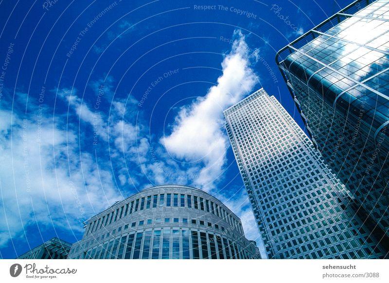 skyline london London Hochhaus Fenster Reflexion & Spiegelung Wolken Weitwinkel Architektur Skyline blau Himmel hafengelände