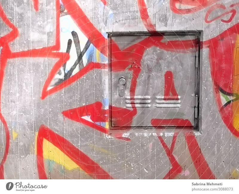 Graffiti Kunst Industrieanlage Gebäude Mauer Wand Beton Metall Zeichen modern verrückt grau rot Wandel & Veränderung Farbfoto Außenaufnahme Menschenleer