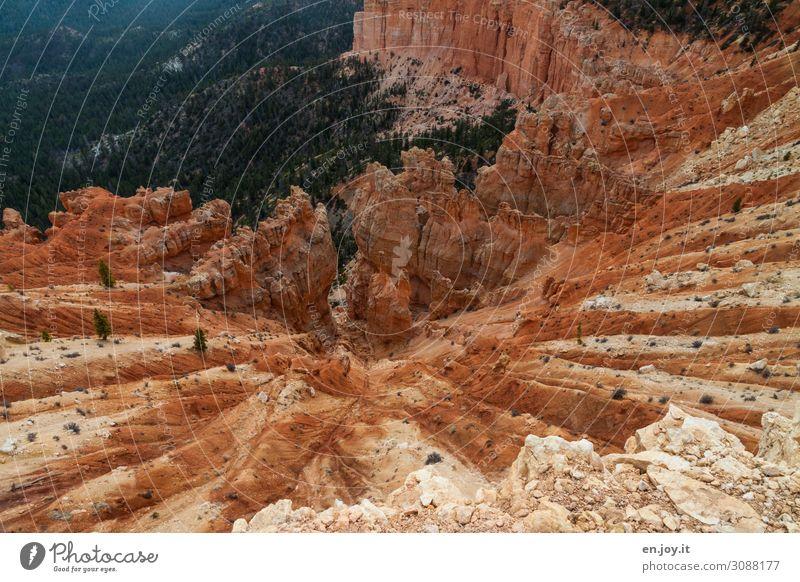 Erodierte Felsformationen steil am Abgrund Abenteuer Weitwinkel Park Wüste Tourismus Erosion Hoodoos Gesteinsformationen orange Stein Himmel Landschaft