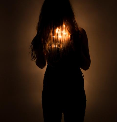 Mädchen mit Lichterkette unter den Haaren (fairylights) Jugendliche Junge Frau schön Einsamkeit dunkel schwarz Religion & Glaube feminin Gefühle Kunst