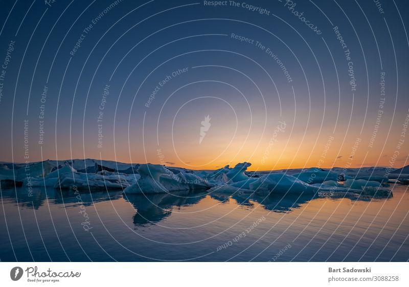 Schmelzende Eisberge bei Dämmerung exotisch schön Expedition Sonne Meer Winter Winterurlaub Natur Landschaft Wasser Himmel Klimawandel Frost Gletscher entdecken