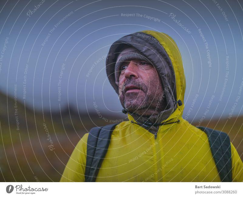 Mann in gelbem Regenmantel Wandern im Freien Lifestyle Gesicht Ferien & Urlaub & Reisen Ausflug Abenteuer Expedition Camping Winter Berge u. Gebirge wandern