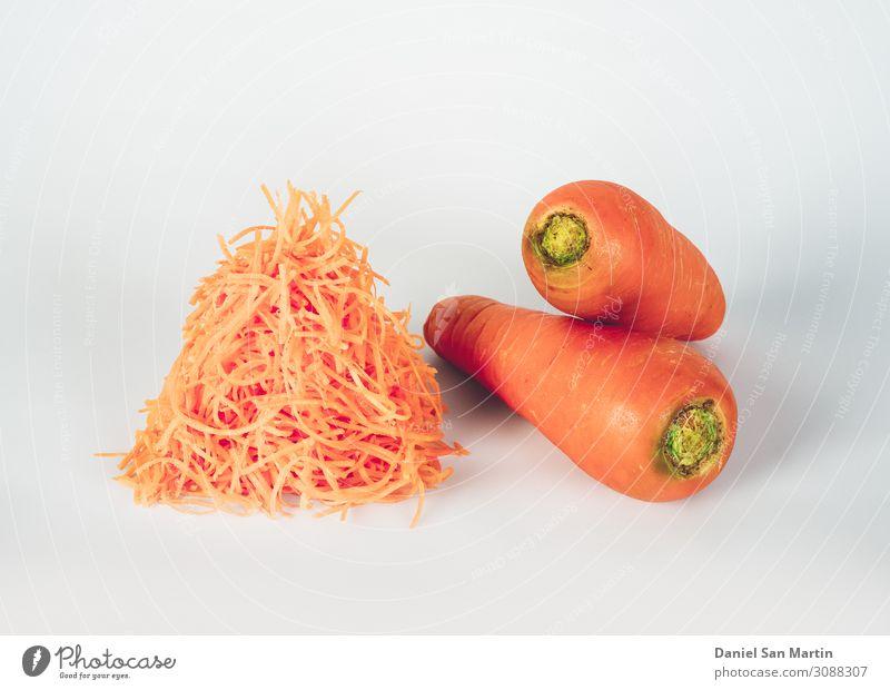 Karotte isoliert auf dem weißen Hintergrund. Lebensmittel Milcherzeugnisse Gemüse Frucht Ernährung Vegetarische Ernährung Diät schön Garten Menschengruppe Natur