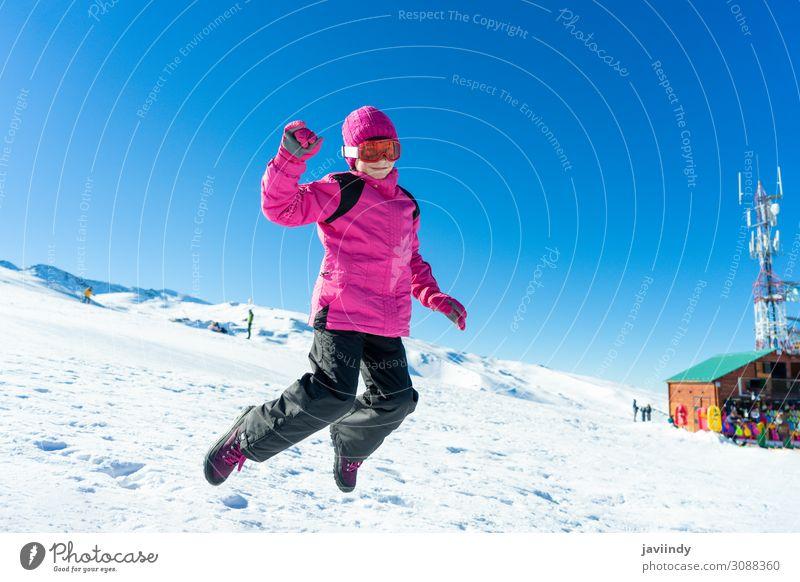 Kind Mensch Ferien & Urlaub & Reisen Natur weiß Erholung Freude Winter Mädchen Berge u. Gebirge lustig feminin Schnee Sport Glück klein