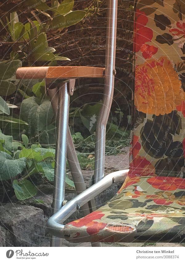 alter stoffbespannter Campingstuhl mit Blumenmuster Stuhl authentisch Coolness eckig kaputt Originalität retro gelb grün orange Gefühle Freude Fröhlichkeit