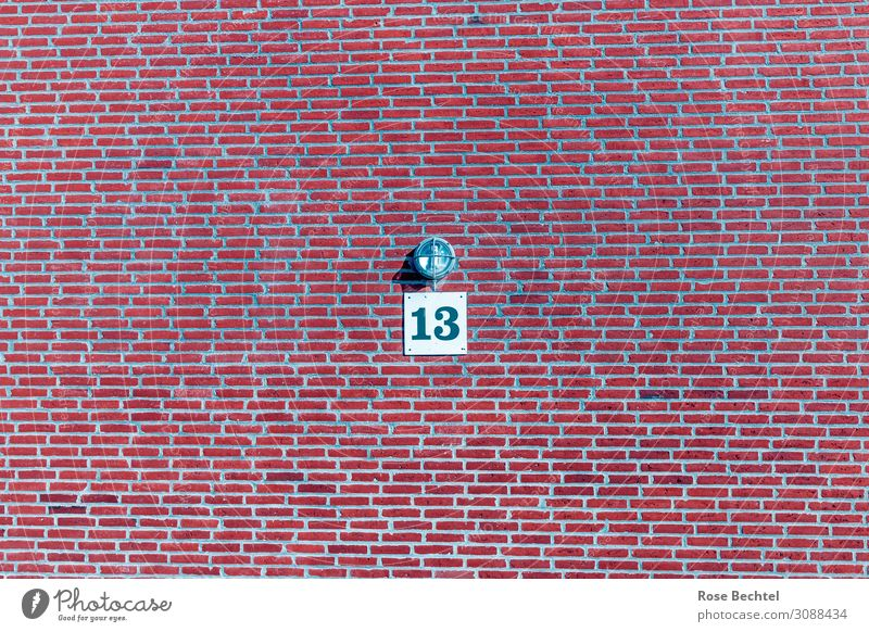 Dreizehn mit Lampe rot Wand Traurigkeit Mauer Stein Schilder & Markierungen Ziffern & Zahlen gruselig Backstein 13 Volksglaube