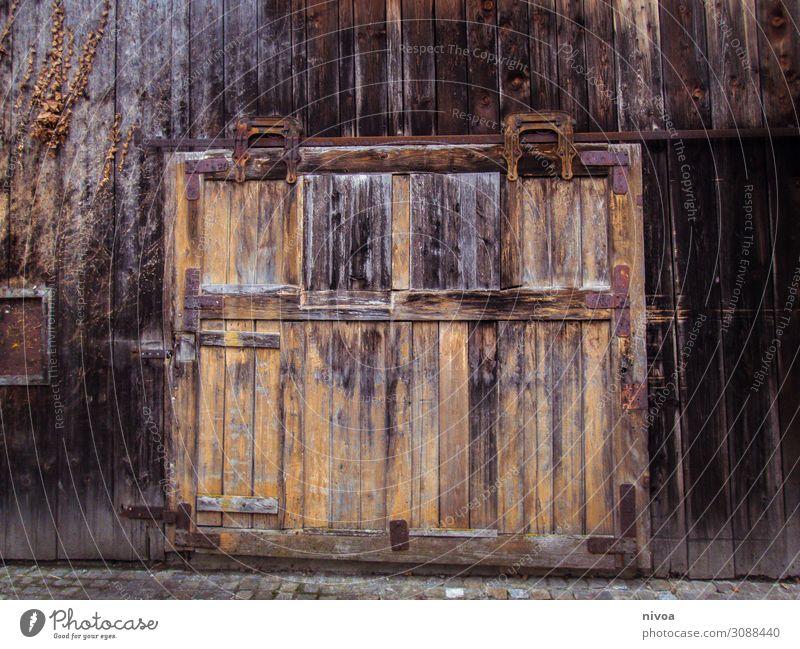 altes Holztor Natur Einsamkeit Berge u. Gebirge dunkel Gefühle braun Tür authentisch einzigartig Vergänglichkeit Vergangenheit entdecken Schutz Sicherheit