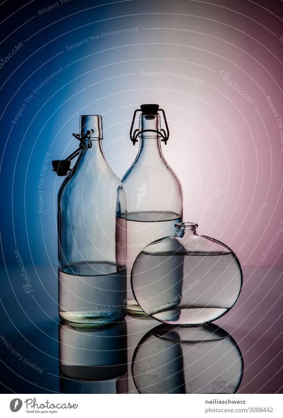 Stillleben blau Wasser weiß Lifestyle Design elegant Glas Trinkwasser Getränk violett Flasche Erfrischungsgetränk