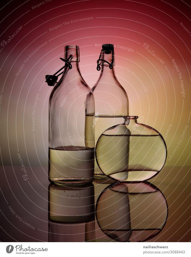 Stillleben mit Glaß Farbe schön Wasser rot Lifestyle gelb Kunst elegant Glas Getränk Spiegel dünn Flasche Vase