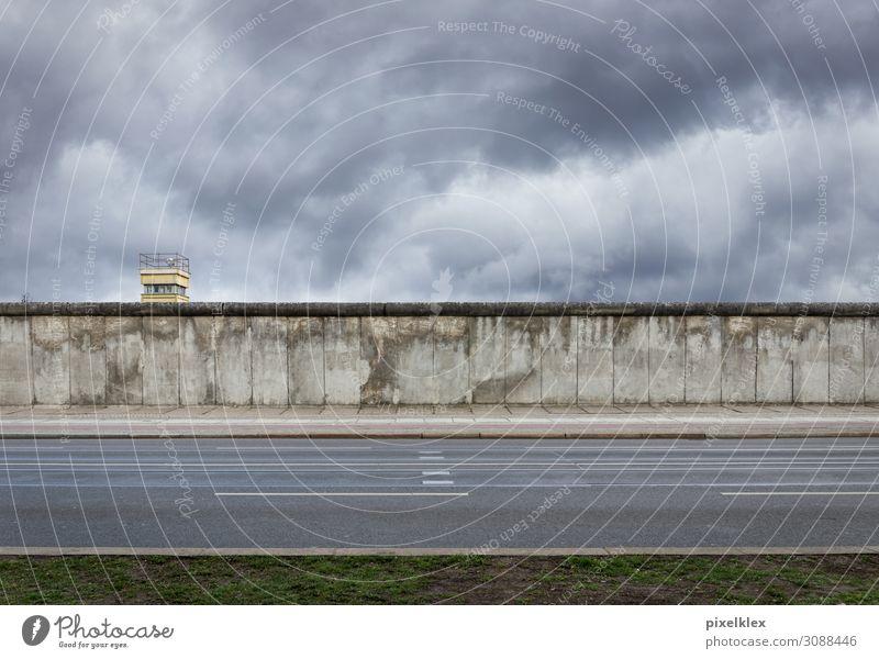 Berliner Mauer mit Wachturm Stadt Wand Gebäude Deutschland grau Europa trist gefährlich Beton Turm Sehenswürdigkeit Wahrzeichen Bauwerk Hauptstadt