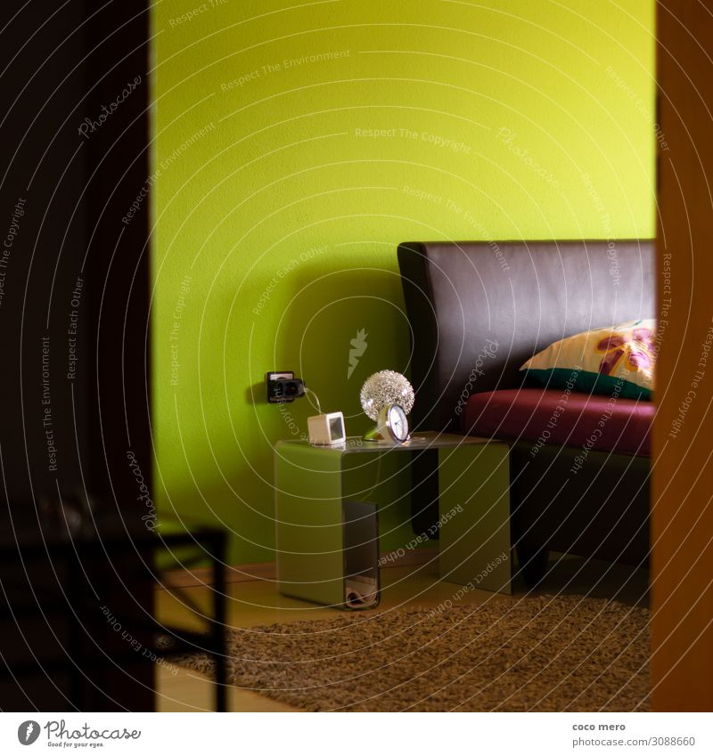 Schlafzimmer Wohnung einrichten Innenarchitektur Bett Raum Häusliches Leben braun grün Geborgenheit Farbfoto Innenaufnahme Menschenleer Tag Zentralperspektive
