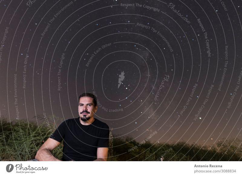 Sternenmann wartet auf Freundin Lifestyle Mensch Junger Mann Jugendliche Erwachsene Natur Himmel sitzen Einsamkeit Körperhaltung milchig Weg Porträt 30er Jahre