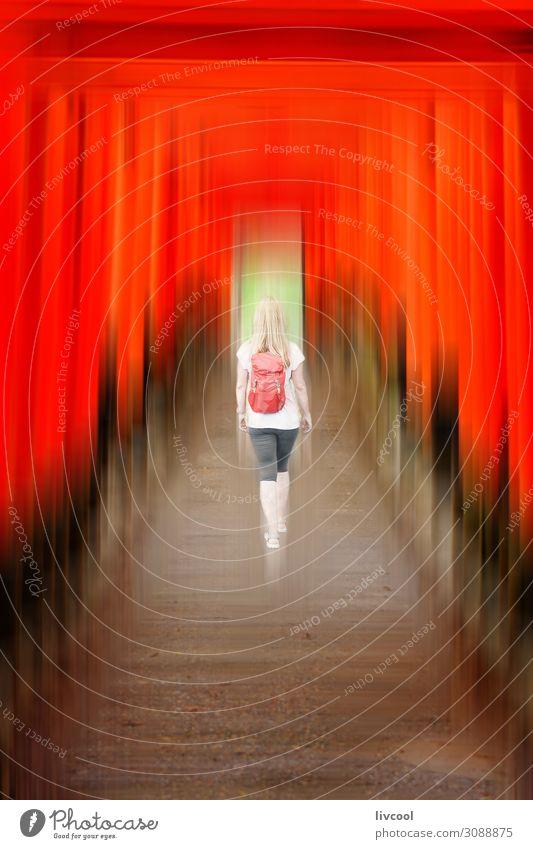 Frau Mensch Ferien & Urlaub & Reisen Stadt rot Architektur Lifestyle Erwachsene Religion & Glaube Senior feminin Gefühle Gebäude Kunst Ausflug Körper