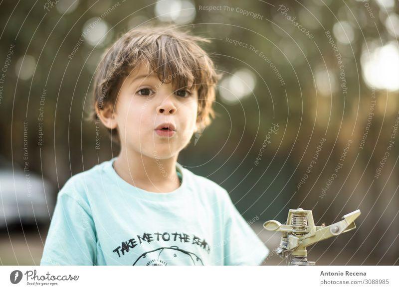 tolles Kind Glück Sommer Garten Mensch Junge Kindheit Herbst Küssen Lächeln dreijährig Sprinkleranlage Kaukasier echte Menschen nadelförmig Pfeifen 3s Hinterhof