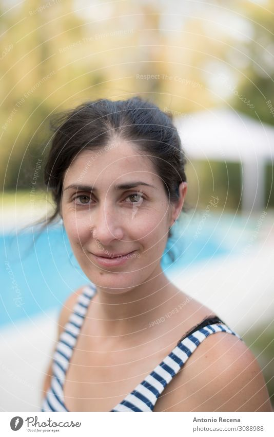 Echtes Frauenportrait mit Blick auf die Kamera Garten Mensch Erwachsene brünett Lächeln authentisch Menschen grinsend 40s 30s Kaukasier echte Menschen