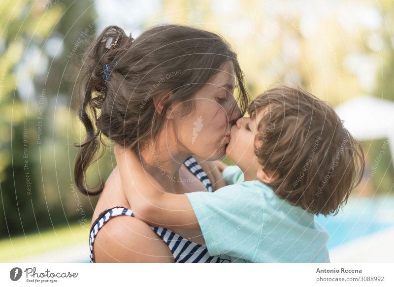 Mutter küssend Sohn im Garten im Freien Bilder Lifestyle Glück Muttertag Kind Mensch Junge Frau Erwachsene Eltern Familie & Verwandtschaft Kindheit Küssen Liebe