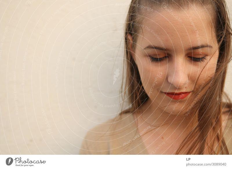 herabsehend Lifestyle schön Wohlgefühl Zufriedenheit Sinnesorgane Erholung ruhig Meditation Mensch feminin Junge Frau Jugendliche Leben Mode Lächeln Gefühle