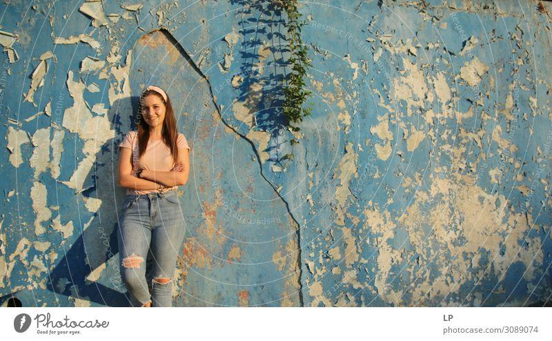 schönes R Lifestyle Freude Mensch Junge Frau Jugendliche Leben Mode Jeanshose Gefühle Stimmung Glück Fröhlichkeit Lebensfreude Vorfreude Begeisterung