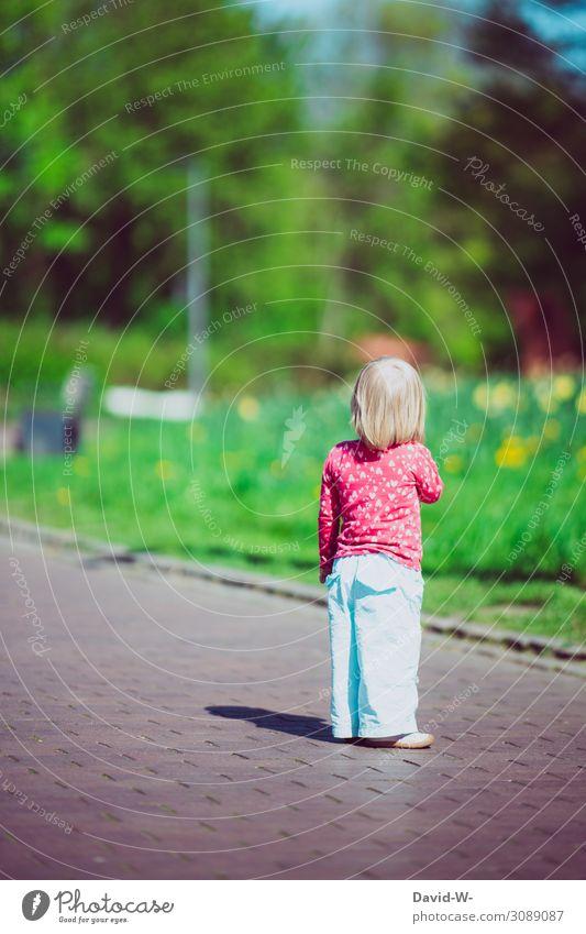 verlaufen - Kind steht alleine auf der Straße Mädchen stehen Einsam Außenaufnahme Kindheit Sommer Mensch Farbfoto Kleinkind Angst Panik anonym klein 1-3 Jahre