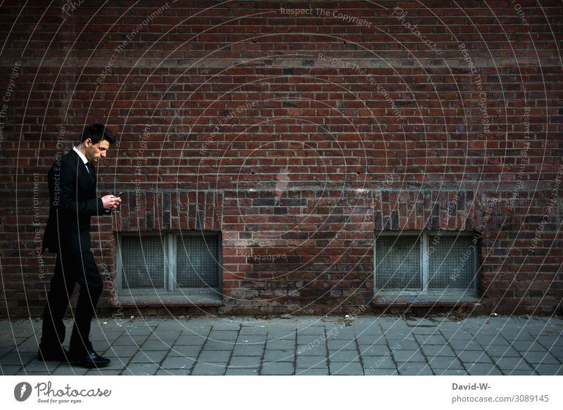 Mann im Anzug läuft mit dem Handy in der Hand durch die Stadt Geschäftsmann beschäftigt Termine Arbeit & Erwerbstätigkeit Business Großstadt