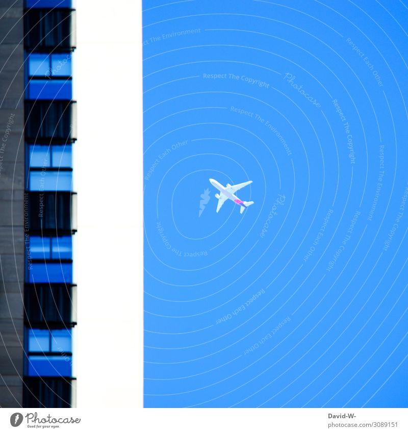 Gebäudeteil mit Flugzeug im Hintergrund fliegen Stadt Urlaub Himmel Ferien & Urlaub & Reisen Luftverkehr blau Farbfoto Luftaufnahme Tourismus Passagierflugzeug