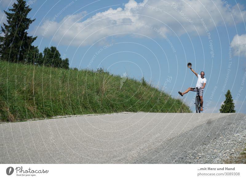 Übermütiger Radfahrer Mensch Mann Sommer blau grün weiß Freude Erwachsene Leben natürlich Bewegung Freizeit & Hobby maskulin 45-60 Jahre Fröhlichkeit