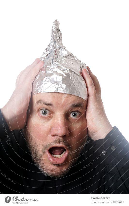paranoider Mann mit Aluhut Mensch Erwachsene lustig außergewöhnlich Angst verrückt Todesangst Zukunftsangst Hut Überraschung Stress Verzweiflung Irritation