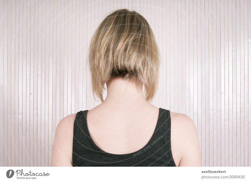Frisur Trend Long Bob Stil schön Haare & Frisuren Wohnzimmer Mensch feminin Junge Frau Jugendliche Erwachsene 1 18-30 Jahre Mode blond kurzhaarig trendy