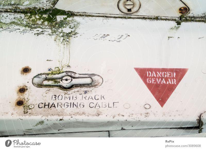 BOMB RACK CHARGING CABLE Bomb Bombe Waffe Flugzeug Bomber Kampfflugzeug Jagdflugzeug Schraube Technik Mechanik Gefahr Bombenschacht flansch Draht Rost lack