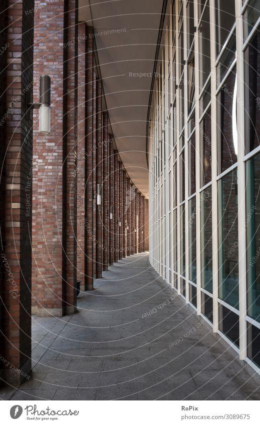 urbane Architektur Fassade Hochhaus Arkaden Gebäude Weg Fußweg städtisch Büro Bürokomplex Reflektion Spiegelung Wirtschaft Immobilien abstrakt Perspektive