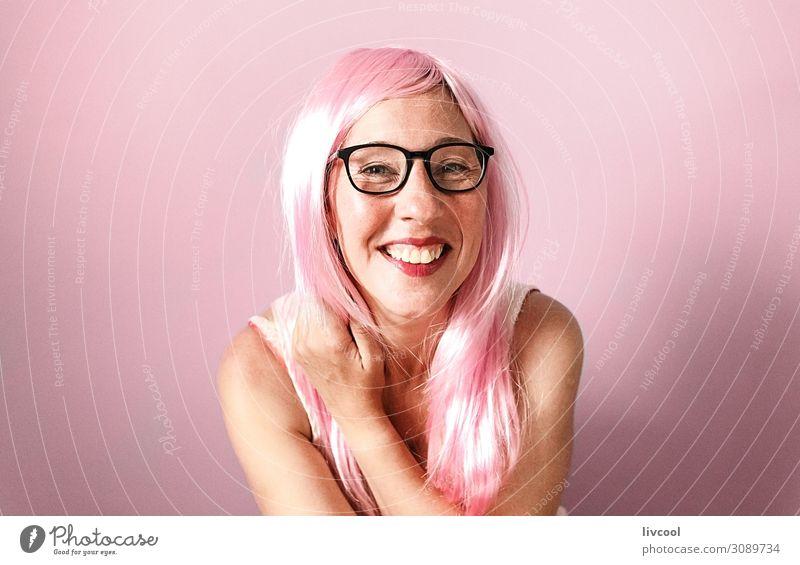 Frau mit rosa Perücke lächelnd glücklich auf rosa Hintergrund Lifestyle Glück Mensch feminin Erwachsene Weiblicher Senior Kopf Haare & Frisuren Gesicht Auge