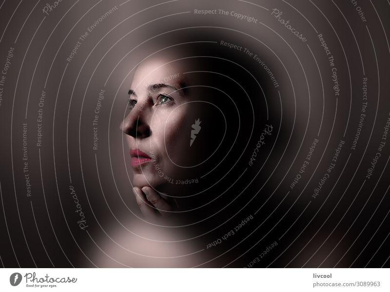 Frau Mensch schön rot Hand Erotik Erholung ruhig schwarz Gesicht Auge Lifestyle Erwachsene feminin Gefühle Kopf
