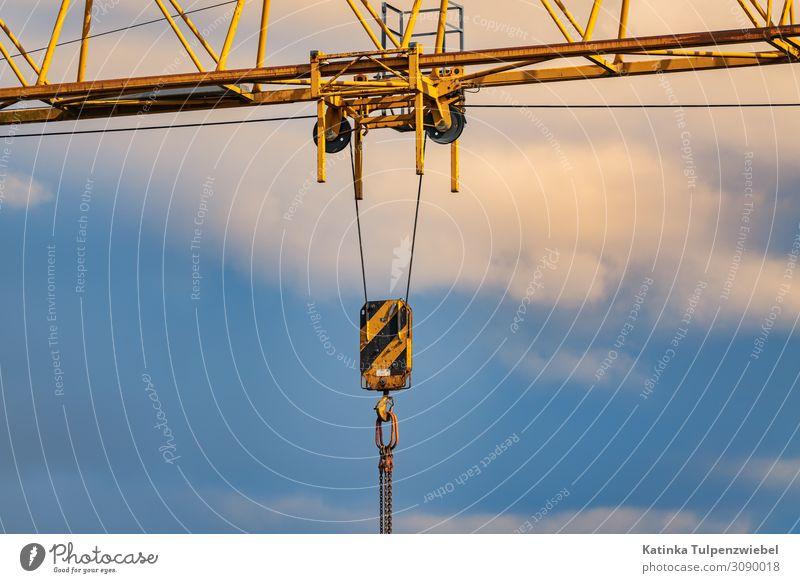 Detailaufnahme: Baukran with wolkigem Himmel High-Tech Bauwerk Gebäude Architektur Metall Arbeit & Erwerbstätigkeit blau gelb gold schwarz