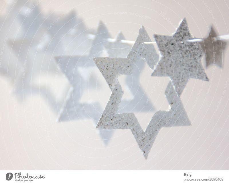 weiße Sterne in unterschiedlichen Größen hängen als Dekoration an einer Schnur Weihnachten & Advent Dekoration & Verzierung Stern (Symbol) Kette Zeichen