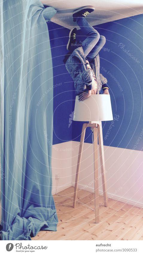 kopfüber | überkopf Wohnung Lampe Wohnzimmer Junge Junger Mann Jugendliche Bruder Beine 1 Mensch 8-13 Jahre Kind Kindheit Kunst Hut Helm festhalten fliegen