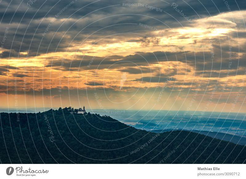 Wolken mit Sonnenstrahlen vor bergigen Vordergrund Tourismus Ausflug Sommerurlaub Häusliches Leben Landschaft Himmel Sonnenaufgang Sonnenuntergang Wetter Baum