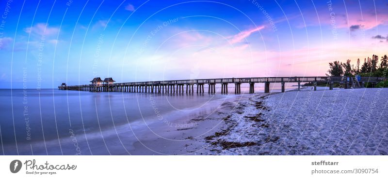 Sonnenaufgang über dem Naples Pier, wo die Menschen im Morgengrauen in Neapel angeln, Strand Meer Natur Landschaft Himmel Wolken Sommer Küste blau rosa