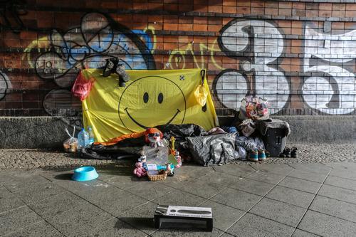 Obdachlos Stadt Lifestyle Häusliches Leben Wohnung Dekoration & Verzierung Armut Zukunft Zusammenhalt Hauptstadt Stadtzentrum Umzug (Wohnungswechsel) Renovieren