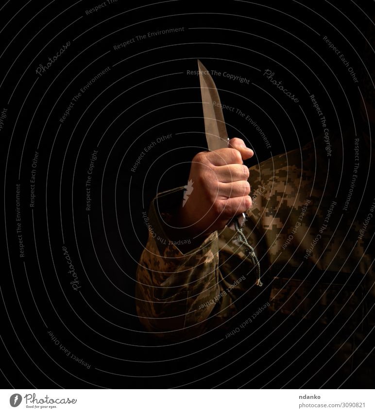 männliche Hand hält Stahl scharfes Messer, niedriger Schlüssel Werkzeug Mensch Mann Erwachsene Arme 1 30-45 Jahre Metall festhalten Aggression dunkel schwarz