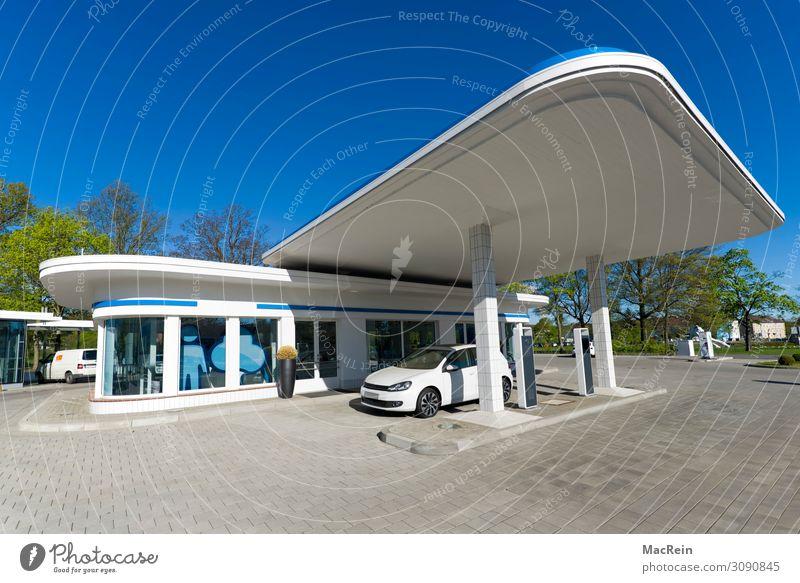 Retro Tankstelle Architektur retro blau weiß Zapfsäule elektroauto e-auto elektrotankstelle modern Textfreiraum Farbfoto Außenaufnahme Menschenleer